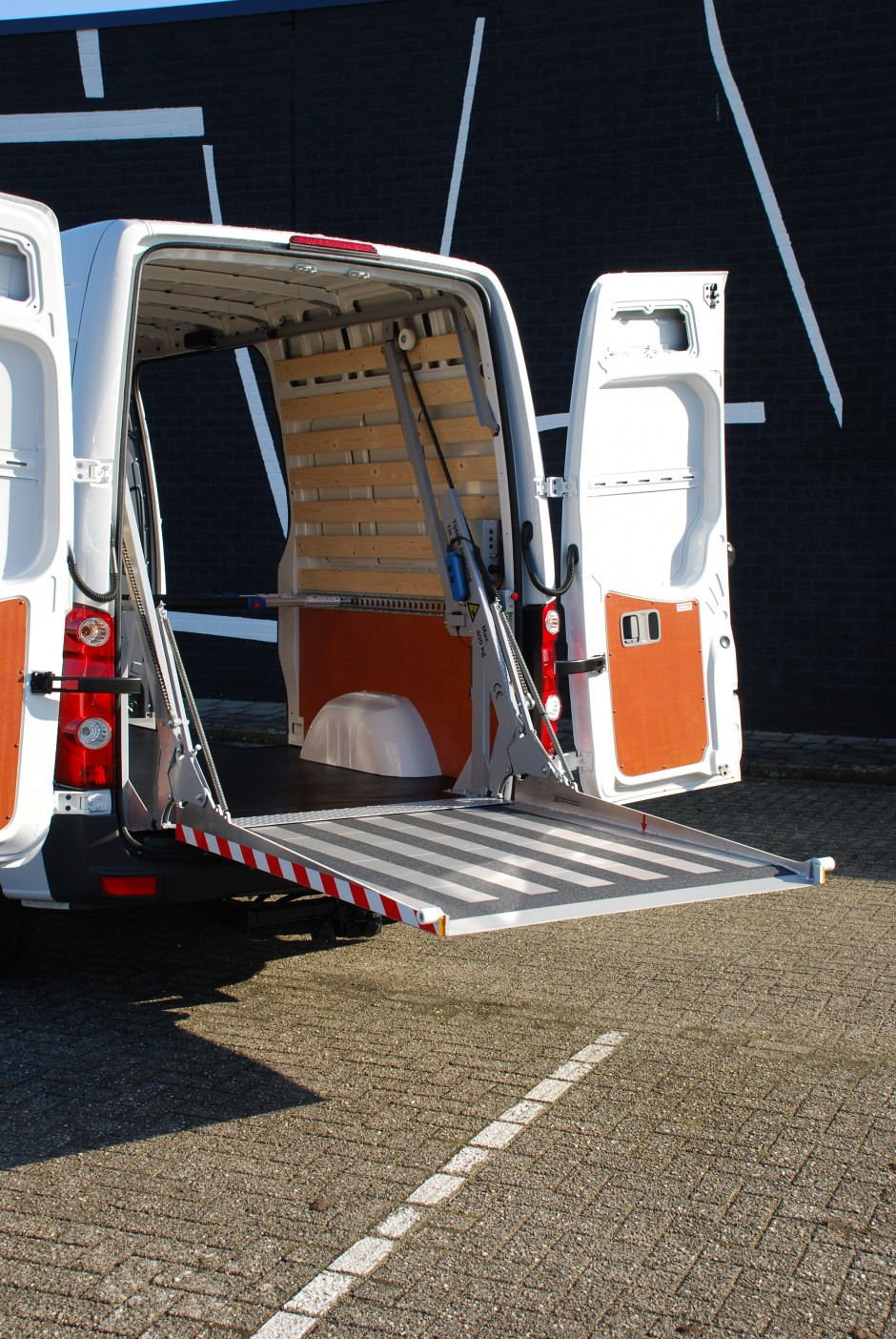 Easyloader met wand- en vloerbekleding in bedrijfswagen