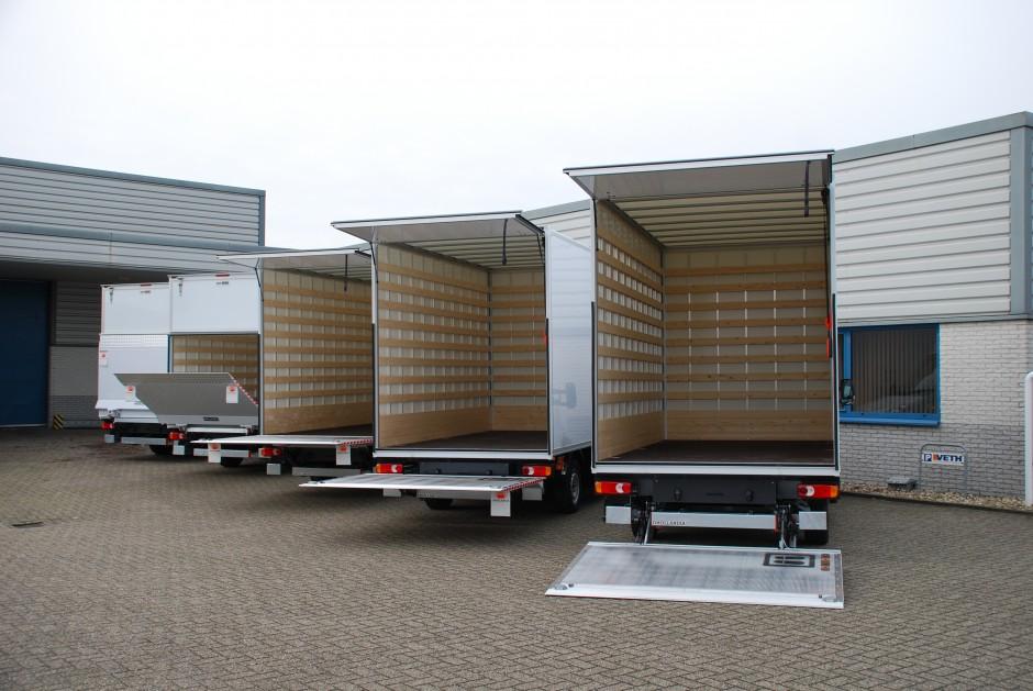 Bedrijfswagen met open laadbakken en laadkleppen