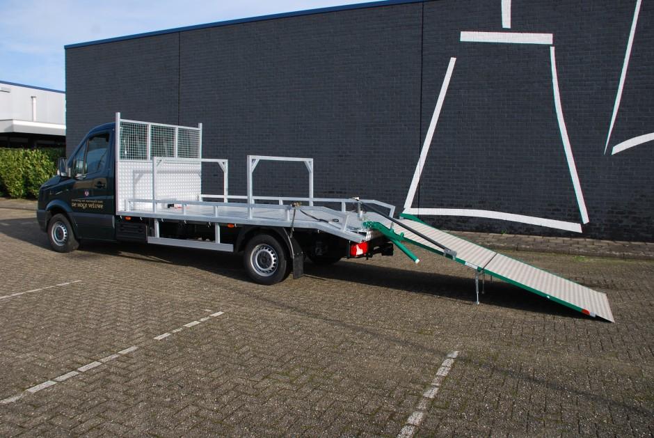 Bedrijfswagen met open laadbak en laadklep