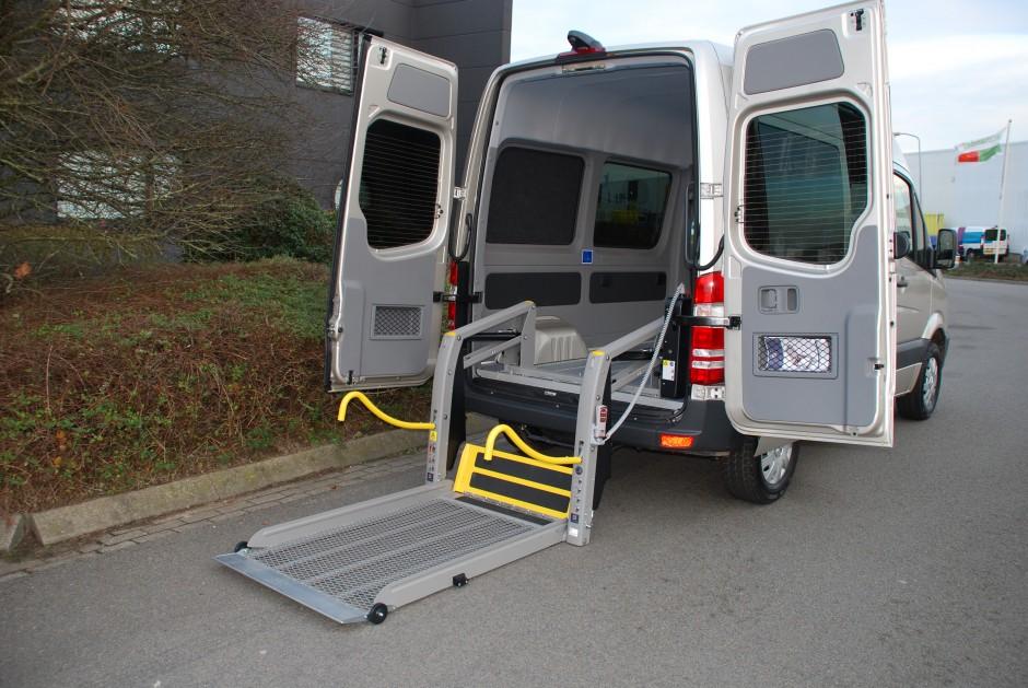 Rolstoelvervoer met laadklep voor rolstoelen